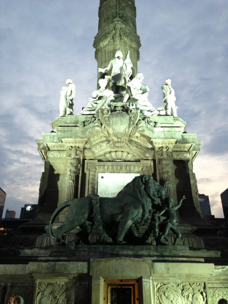 A closer view of El Ángel de la Independencia
